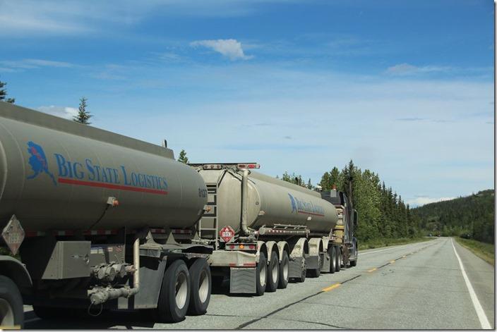 Truck auf dem Alaska Highway bei Tok