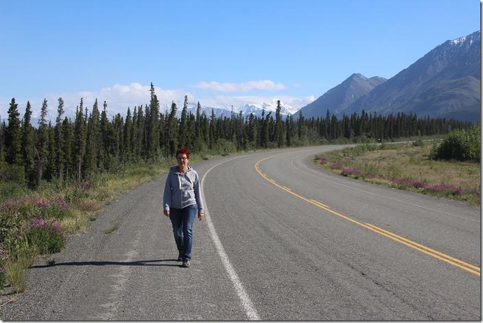 Fussgängerin am Alaska Highway